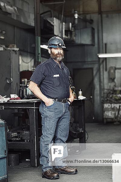 Porträt eines selbstbewussten Arbeiters in der Fabrik