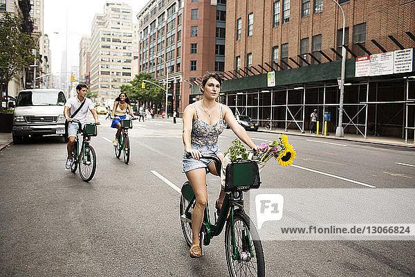 Freunde fahren Fahrrad auf der Straße in der Stadt