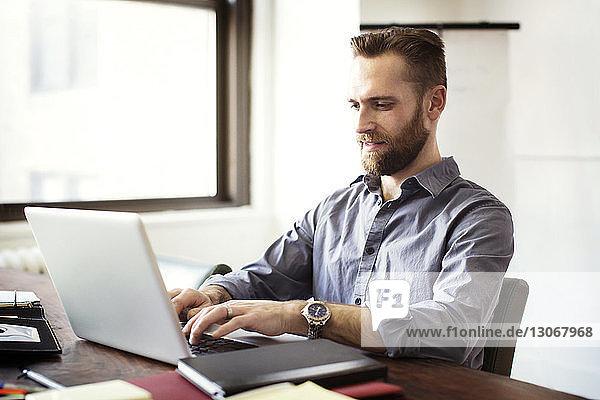 Geschäftsmann arbeitet am Laptop-Computer im Büro
