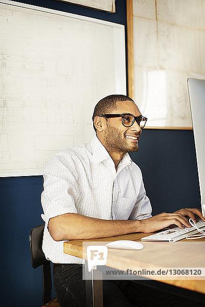Geschäftsmann benutzt Desktop-Computer bei der Arbeit im Büro