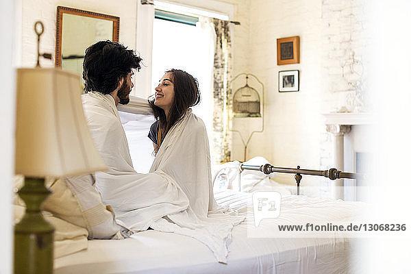 Paar im Bett zu Hause