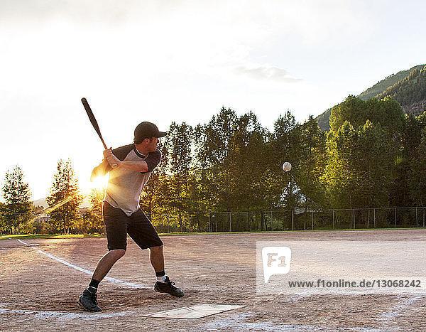 Mann spielt Baseball auf dem Spielfeld