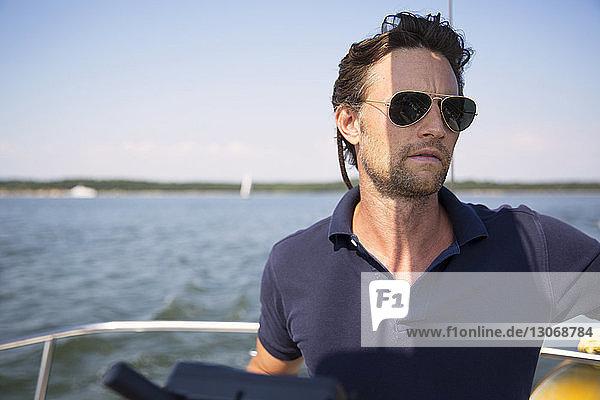 Porträt eines auf einer Yacht reisenden Mannes