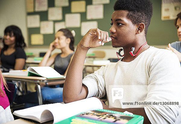 Gymnasiasten während des Unterrichts im Klassenzimmer