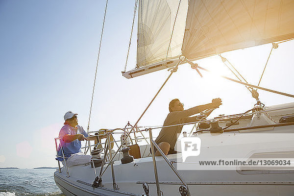Paar entspannt sich während der Reise auf einer Yacht Paar entspannt sich während der Reise auf einer Yacht