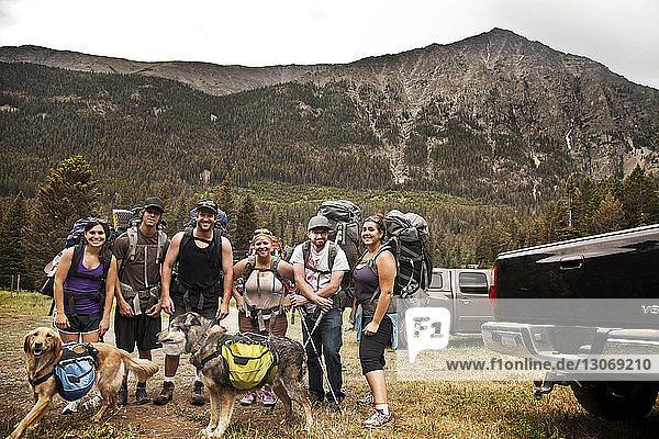 Porträt von Wanderern am Berg stehend