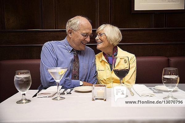 Älteres Ehepaar unterhält sich im Restaurant
