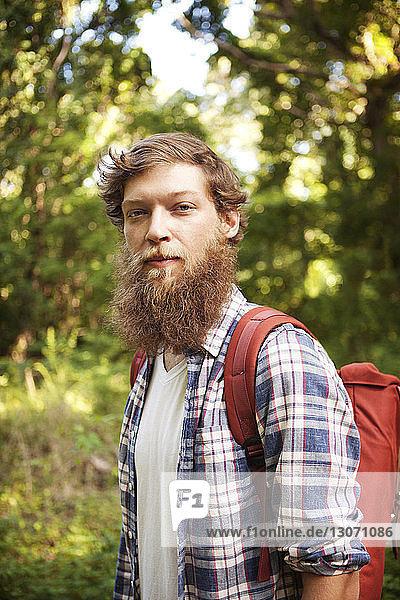 Porträt eines im Wald stehenden Mannes