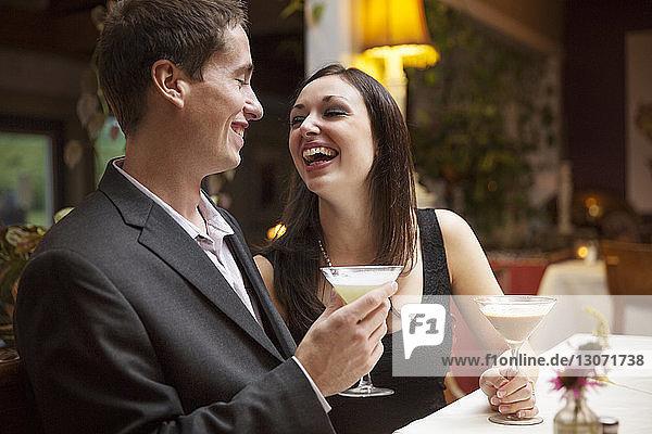 Glückliches Paar beim Cocktail im Restaurant