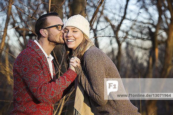 Romantisches Paar im Park stehend