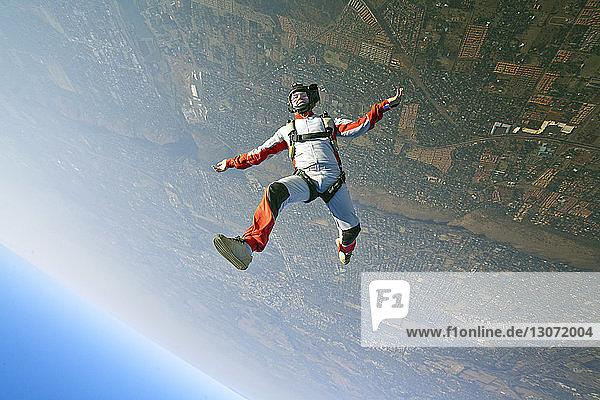 Luftaufnahme eines Mannes beim Fallschirmspringen