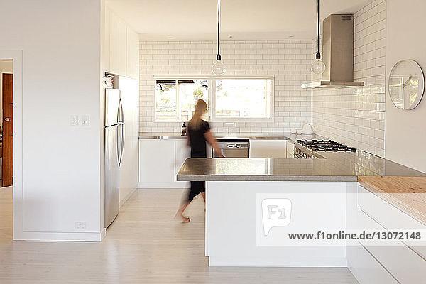 Frau geht in Küche