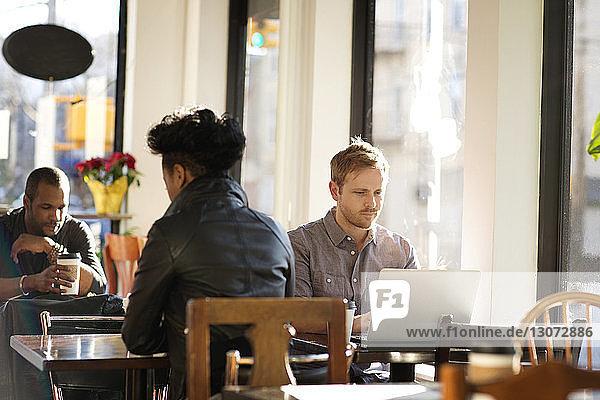 Leute entspannen sich im Café