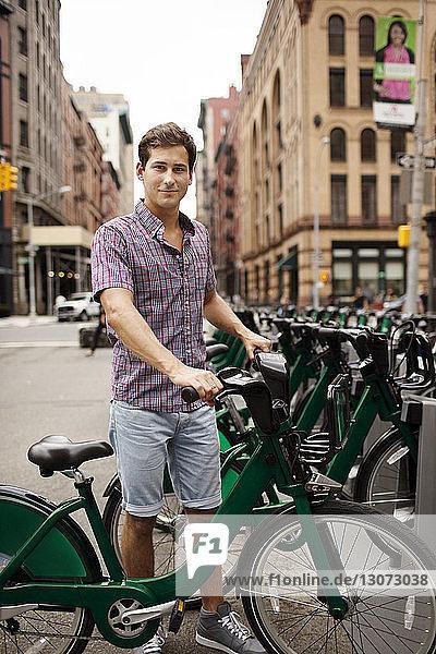 Porträt eines Mannes mit Fahrrad am Bahnhof