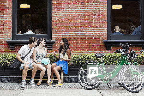 Freunde genießen Kaffee im Straßencafé