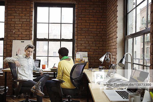 Im Büro sitzende Geschäftsfrau