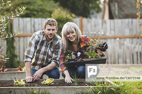 Porträt eines Ehepaares bei der Gartenarbeit im Hinterhof
