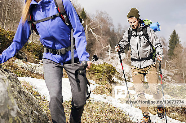 Wanderer  die im Winter in den Bergen wandern