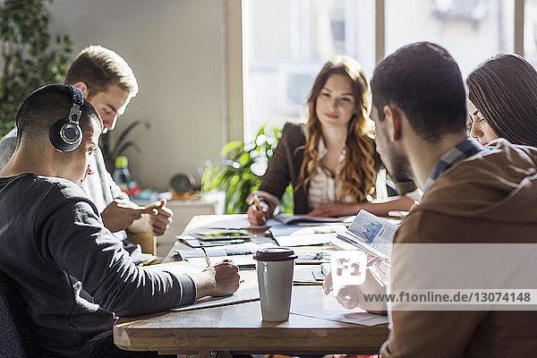Studenten lernen am Tisch im Klassenzimmer