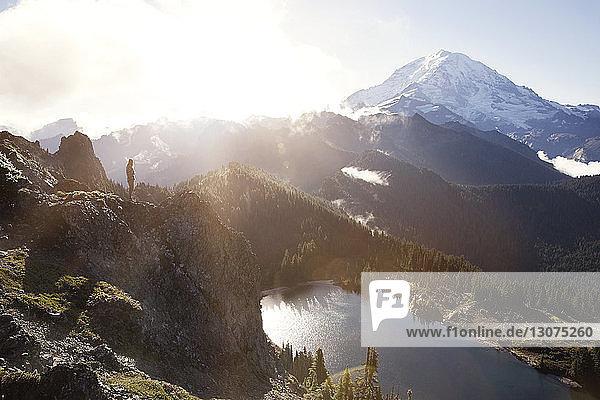 Mitteldistanz des auf dem Berg stehenden Mannes
