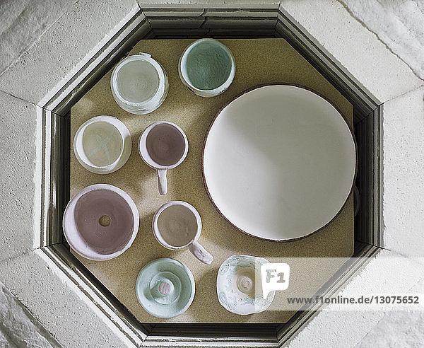 Draufsicht auf die Keramik auf dem Tisch in der Werkstatt Draufsicht auf die Keramik auf dem Tisch in der Werkstatt