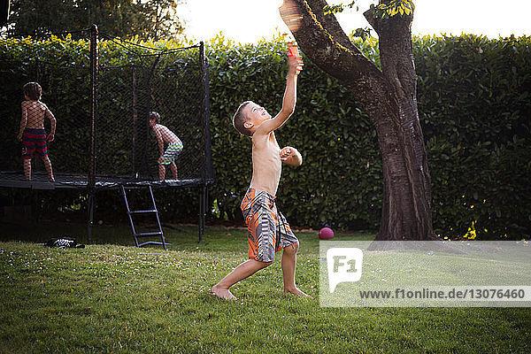 Jungen spielen im Freien