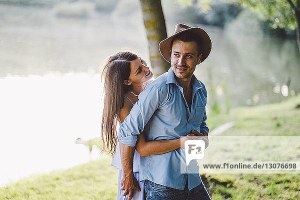 Romantisches Paar umarmt sich stehend im Park