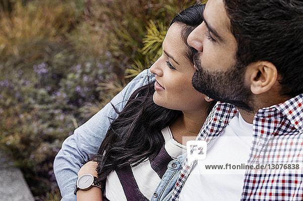 Erhöhte Ansicht eines sich im Park entspannenden Paares