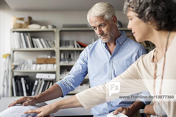Innenarchitekten diskutieren über Blaupause im Büro