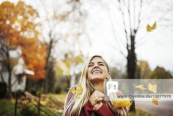 Glückliche Frau lächelt beim Blick in den Himmel