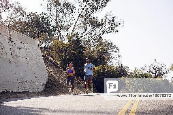 Freunde joggen an sonnigen Tagen auf der Straße