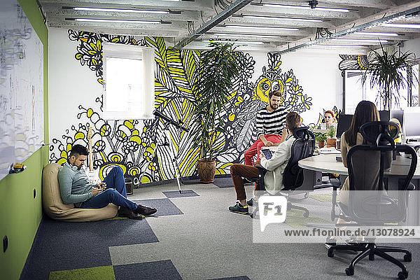 Geschäftsleute  die im Kreativbüro arbeiten