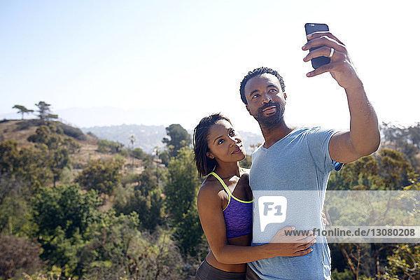 Paare  die sich vor Ort per Mobiltelefon selbstständig machen