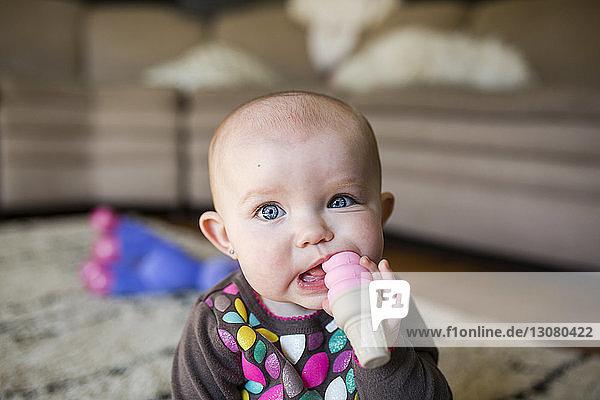 Porträt eines süßen Mädchens  das zu Hause mit einem Spielzeug spielt