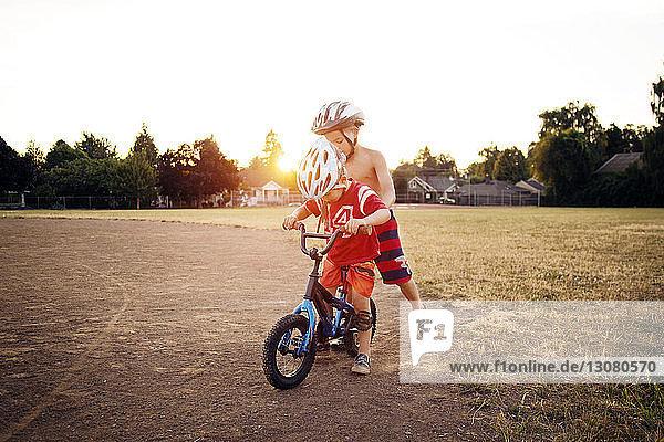 Junge auf Fahrrad mit Bruder