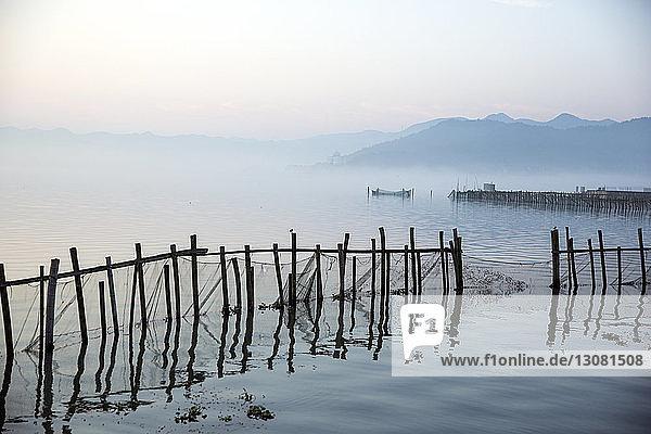 Fischernetze im See gegen den Himmel bei Sonnenuntergang