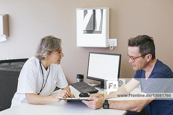 Ärztin diskutiert mit Patientin im Krankenhaus