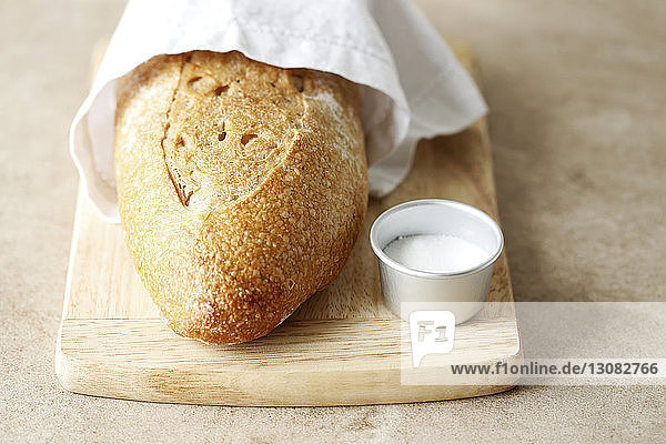Hochwinkelansicht von Brot mit Dip auf Servierbrett