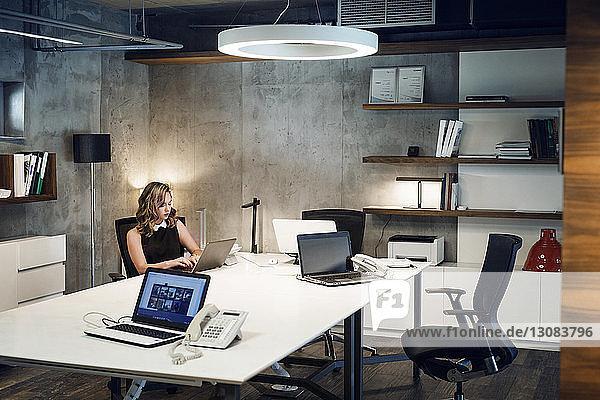 Geschäftsfrau benutzt Laptop-Computer am Schreibtisch im Büro