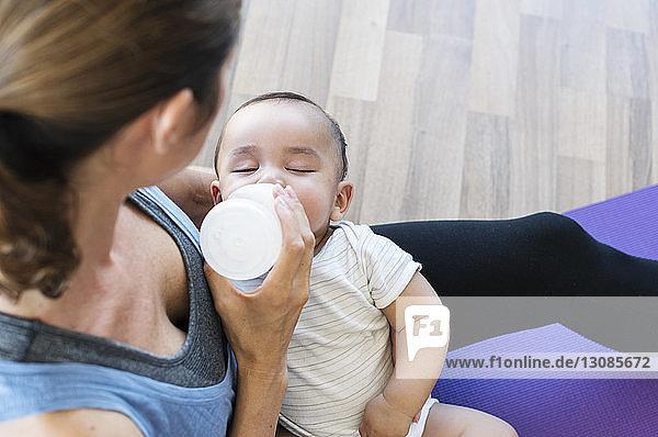 Hochwinkelaufnahme einer Mutter  die ihren Sohn zu Hause füttert