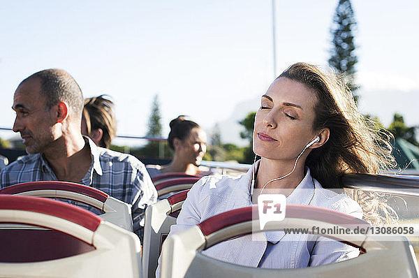 Fahrgäste im Doppeldeckerbus
