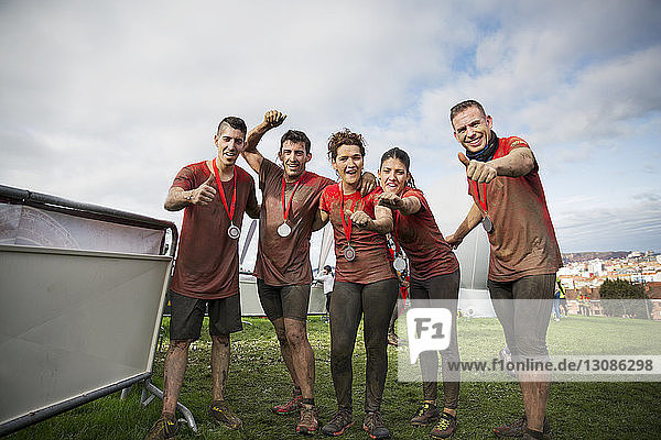 Porträt der Mannschaft mit Medaillen  die den Erfolg auf dem Feld gegen den Himmel feiert