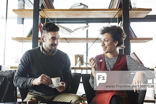 Glückliches Geschäftspaar bei Obst und Kaffee im Restaurant