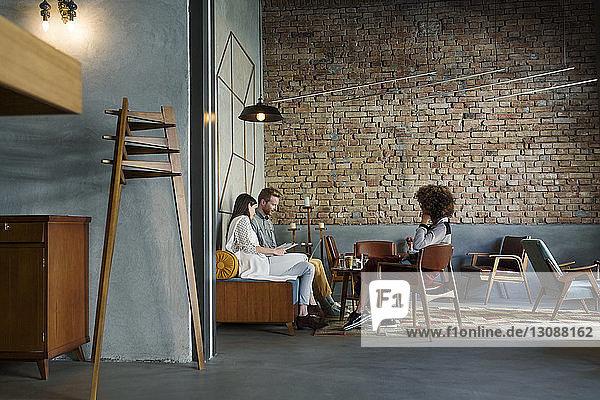 Kreative Geschäftsleute diskutieren in der Hotellobby