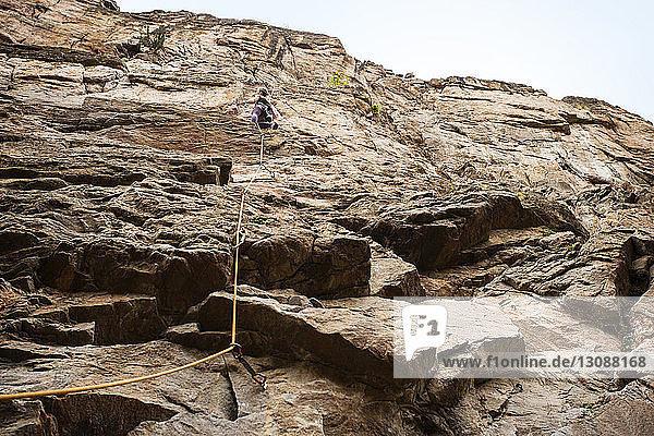 Niedrigwinkelansicht einer Wanderin beim Bergsteigen