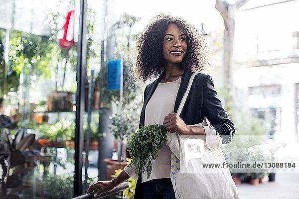 Frau schaut weg  während sie auf dem Markt steht
