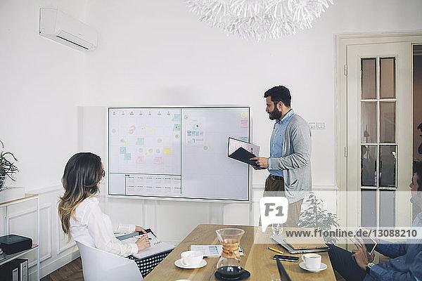 Geschäftsleute planen im Besprechungsraum