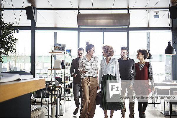 Glückliche Geschäftsleute betreten Restaurant