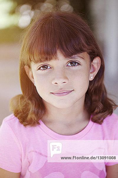 Porträt eines lächelnden Mädchens im Freien