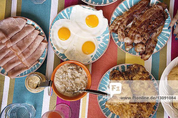 Draufsicht auf das auf dem Tisch servierte Essen